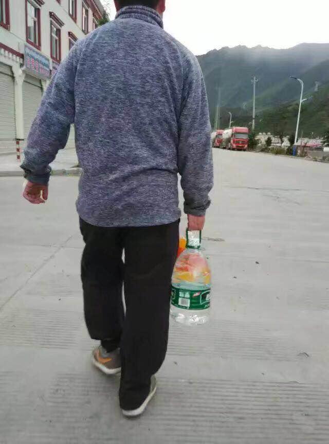 川藏线上买水的大瑞,啊哈