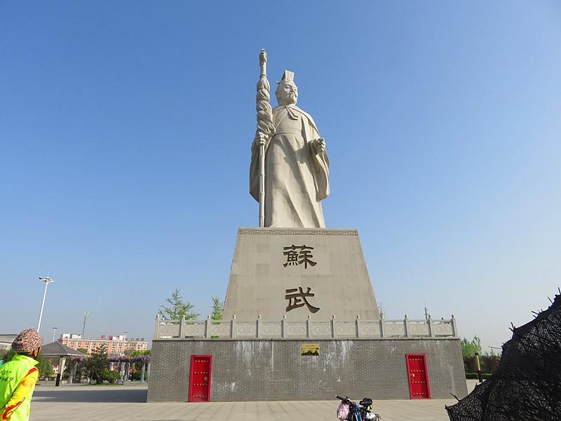 穿过武功县县城,一尊苏武塑像让我们停下了骑行.