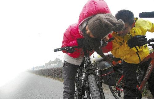 4年轻男女靠140元钱和微博 骑行2700公里回家