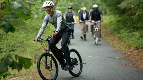 奥巴马和家人骑自行车度假 美国自行车销量超汽车