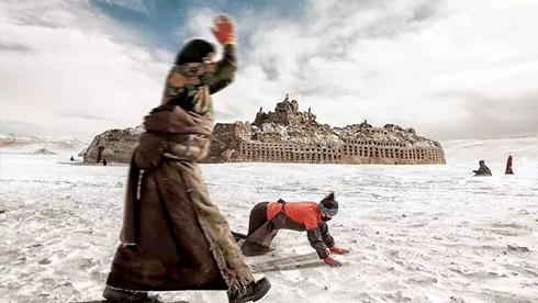 震撼!虔诚的美丽信徒——西藏大雪纷飞中的朝圣者