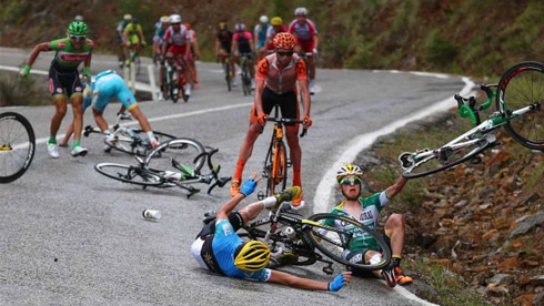 骑自行车意外摔车,该如何自我保护?