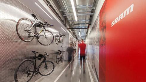 SRAM的自行车文化:办公楼有一条200米长的自行车道