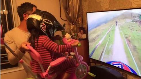 VR还能这么玩!看奶爸为女儿DIY虚拟现实惊险重庆时时彩开奖结果