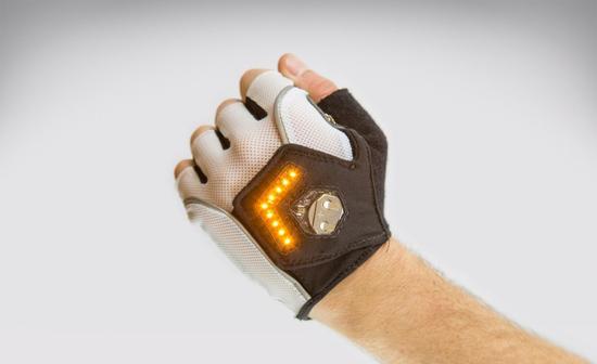 """骑车转弯更安全:Zackees""""转弯信号灯""""手套"""
