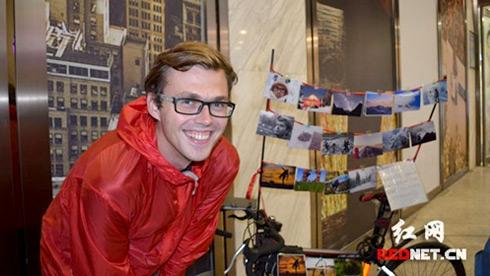 俄罗斯小伙骑行穷游中国 长沙街头卖照片筹路费