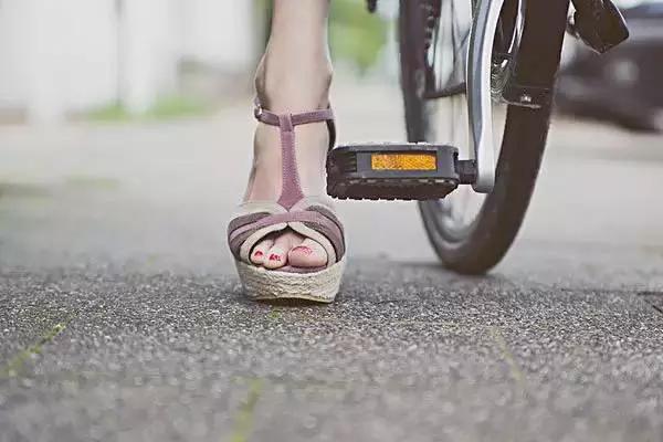 骑车到底是用脚后跟,脚掌心还是脚尖骑呢?