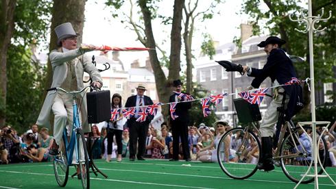 伦敦举办绅士奥运会 骑自行车用雨伞比拼剑术