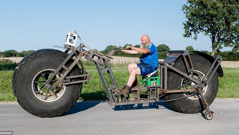 德国大叔自制近一吨重自行车 还打算骑着走