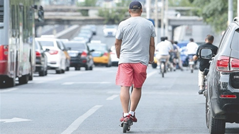 电动滑板车上路罚10元 记者追访:在地铁骑行也会被劝