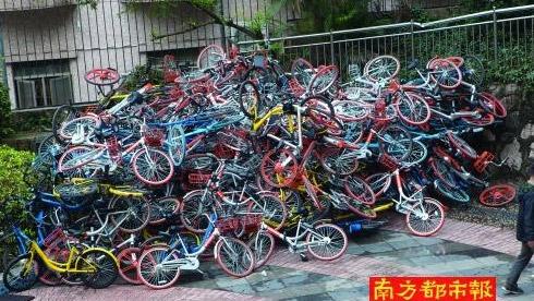 """数百辆共享单车被堆成山 小蓝单车称属""""刻意破坏"""""""