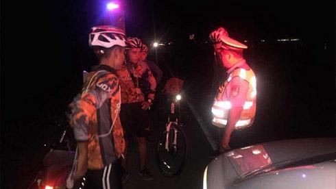 6名学生夜间上高速骑行 交警:危险!骑单车不能进入高速