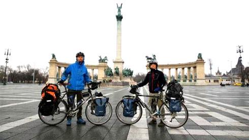 为写调查报告,香港两大学生骑自行车行程一万公里